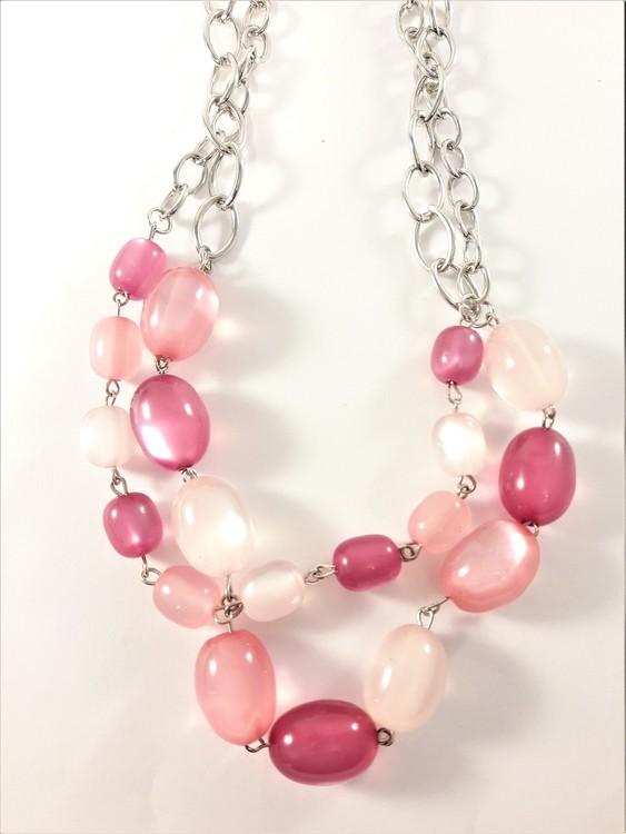 Tvåradig halskedja med dekorationer i rosa toner