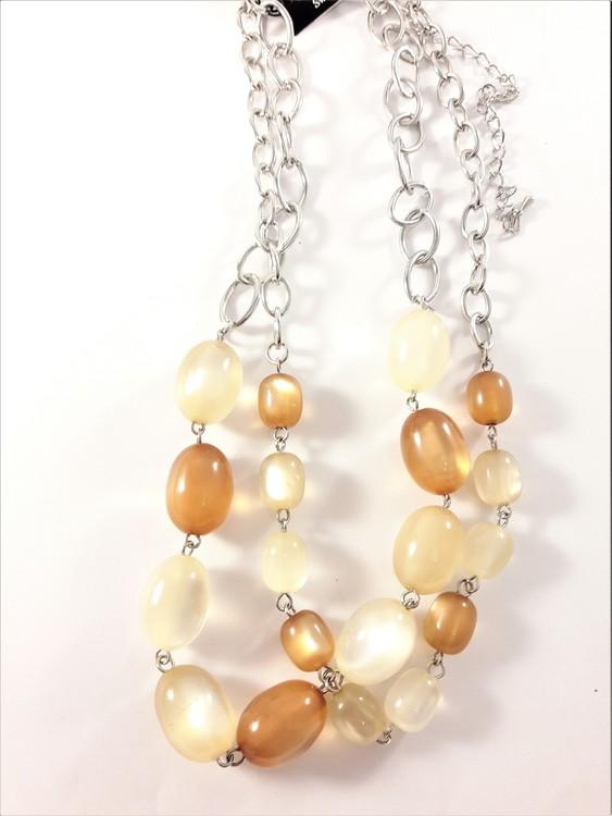 Tvåradigt halsband med dekorationer i beiget