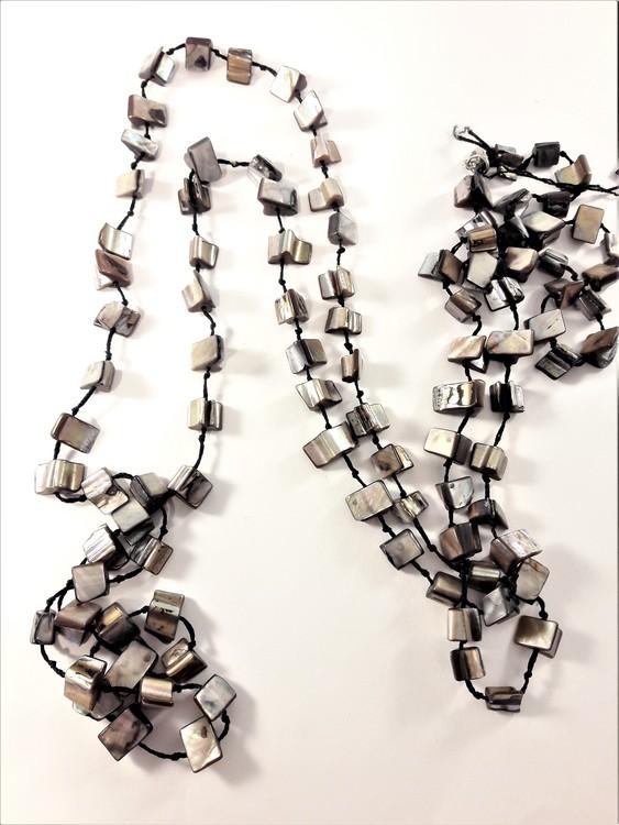 Långt halsband med grå detaljer