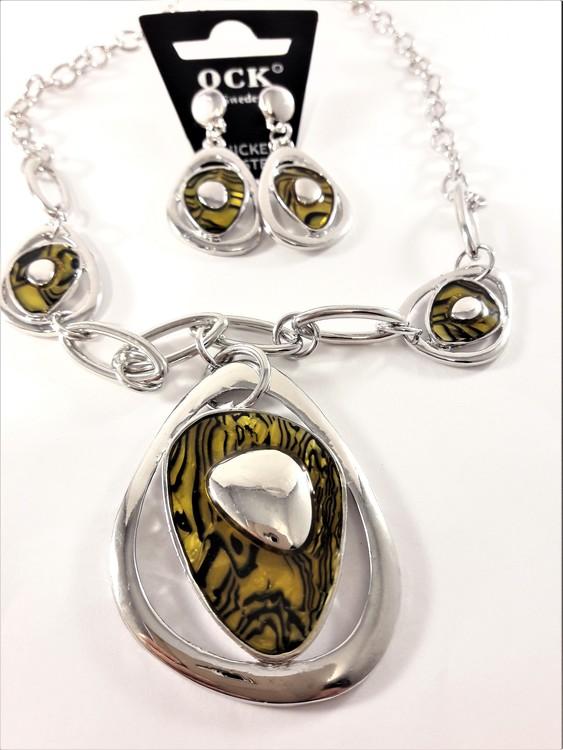 Silverfärgad halskedja med bruna detaljer samt matchande örhängen