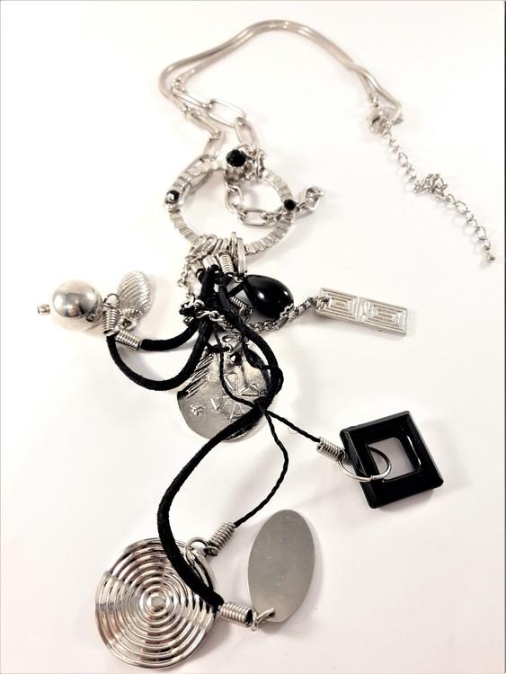 Detaljrikt halsband med kedja och många detaljer i svart och silverfärg