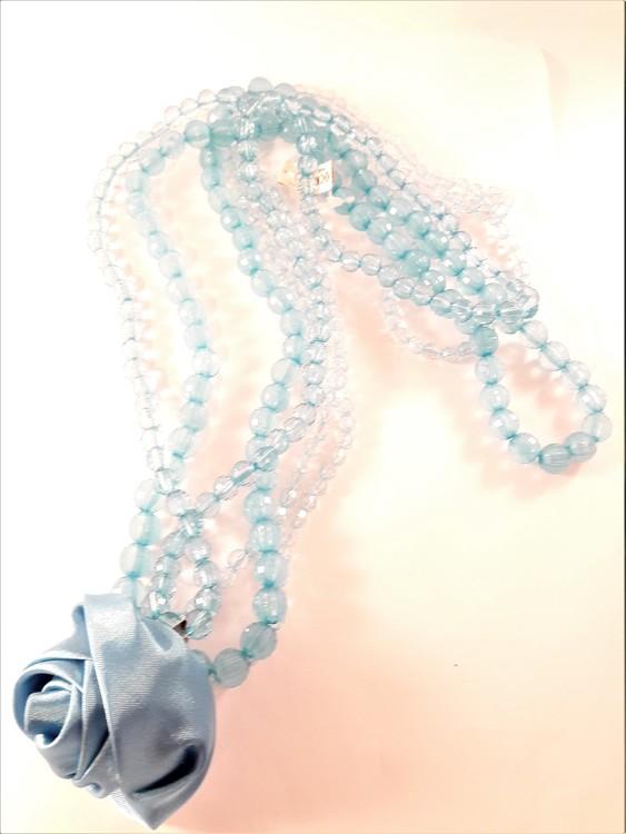 Halsband i blått med flerradiga plastpärlor och ros som dekoration