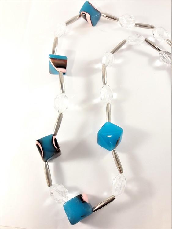 Halsband med dekorationer silverfärg, blå och vit