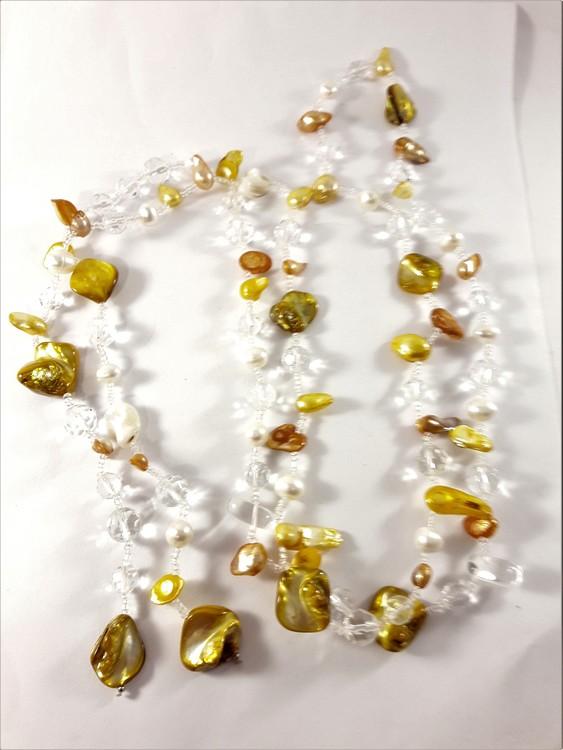 Öppet halsband med detaljer i brunt och gult