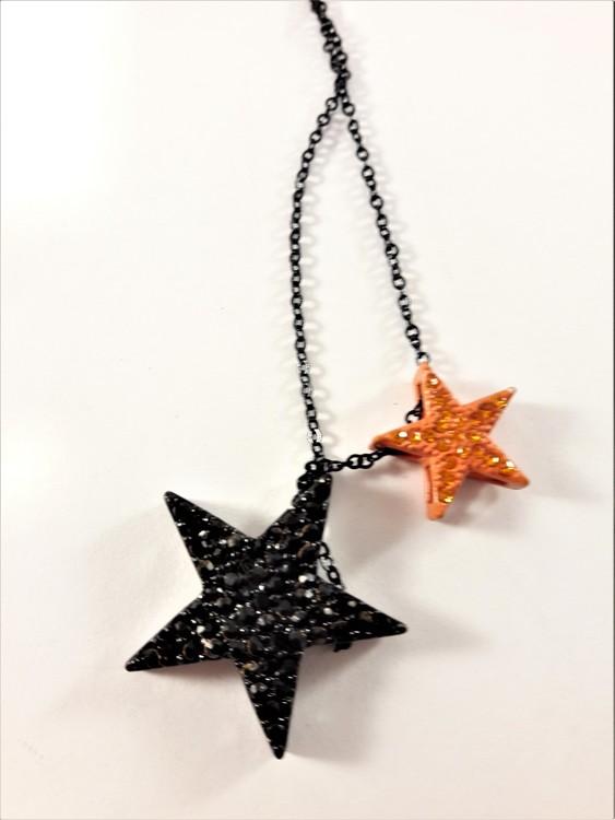 Svart halskedja med 2 glittrande stjärnor, svart och orange