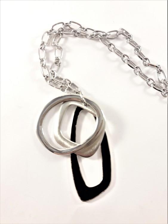 Halsband med detaljer i svart och silverfärg