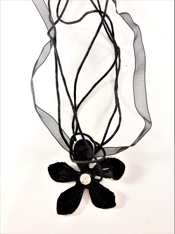 Flerradigt Halsband med Blomma Svart