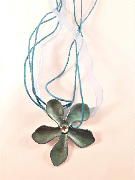 Flerradigt halsband med blomma i ljusblått