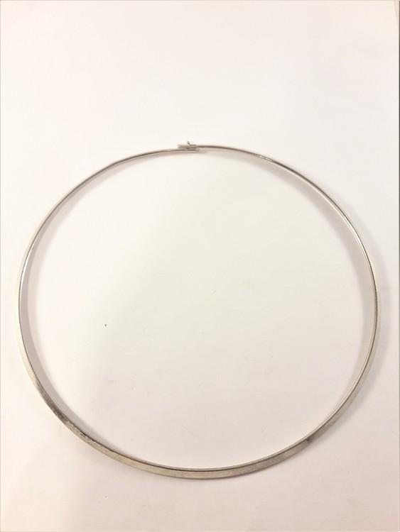 Stelt halsband i blank silverfärg
