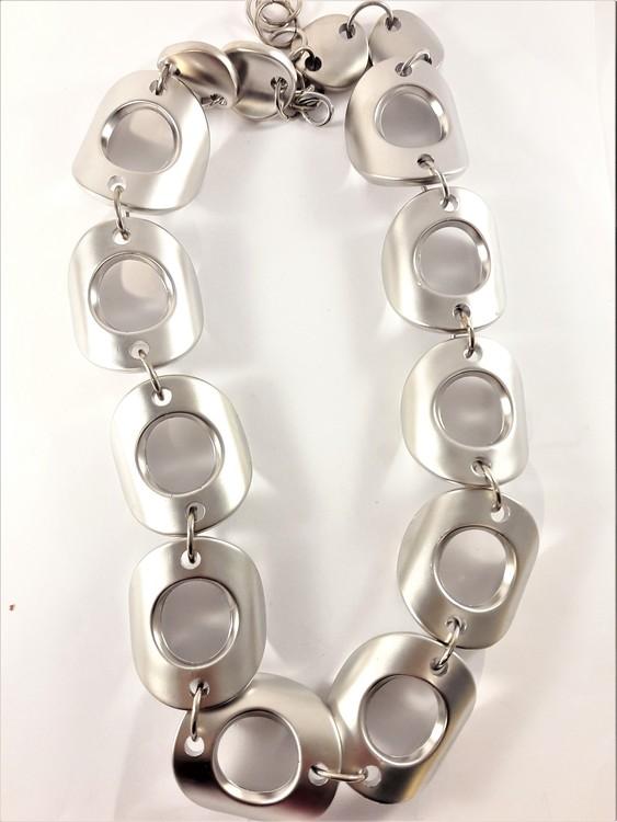 Halsband med stora detaljer i silverfärg