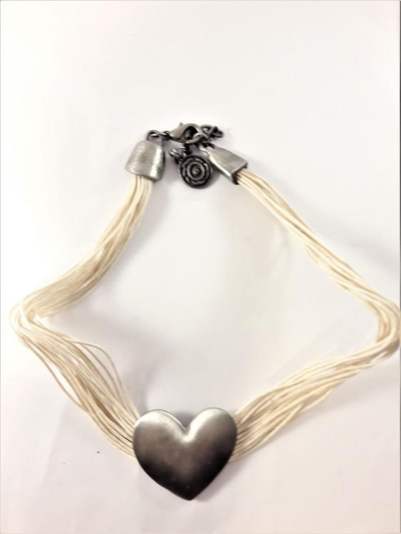 Flerradigt halsband med i silverfärgat hjärta