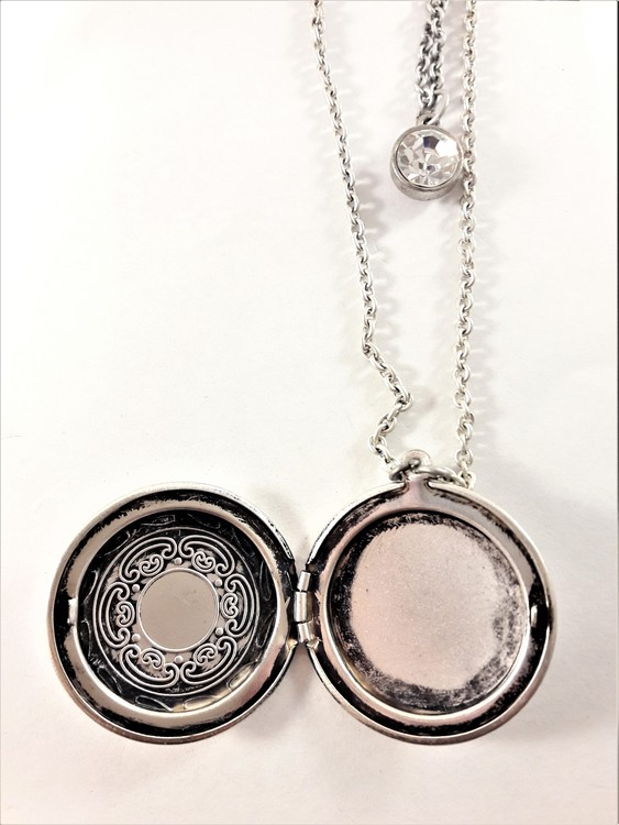 Söt silverfärgad medaljong i dubbel kedja med gnistrande sten och öppningsbart hänge