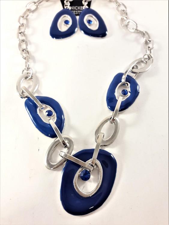 Silverfärgad halskedja med blå detaljer samt matchande örhängen