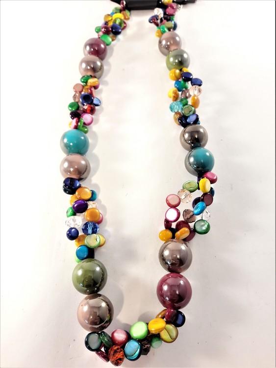 Färgglatt halsband med detaljer i olika färger och storlekar