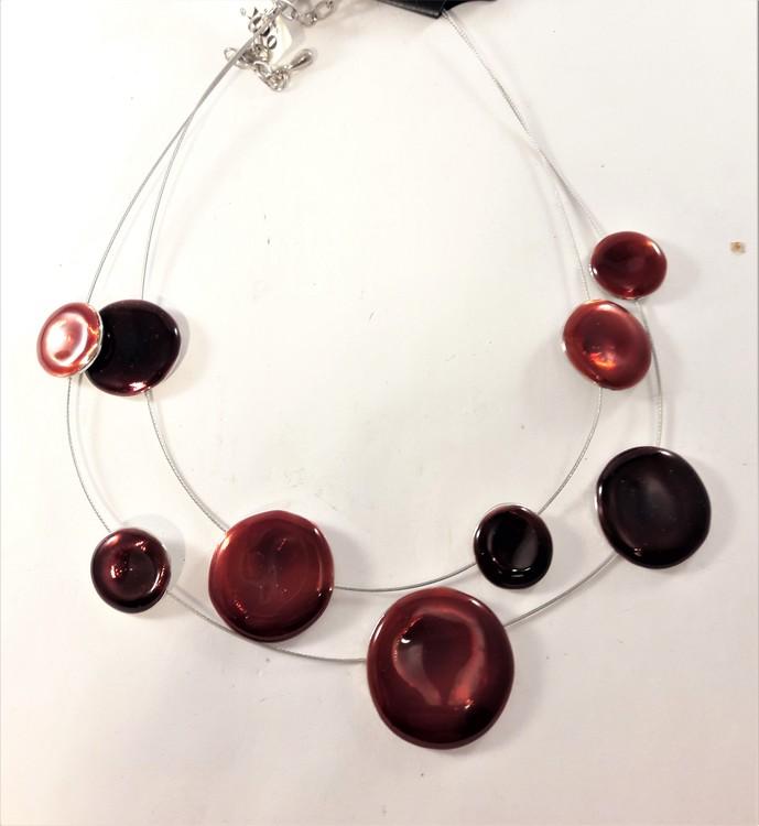 Tvåradigt Halsband med Dekorationer Röd