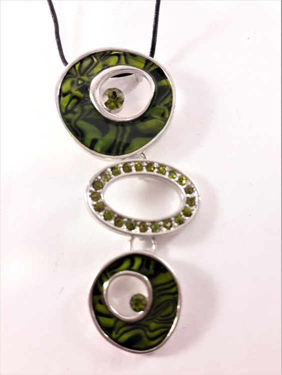 Halsband med gröna melerade ringar och strass
