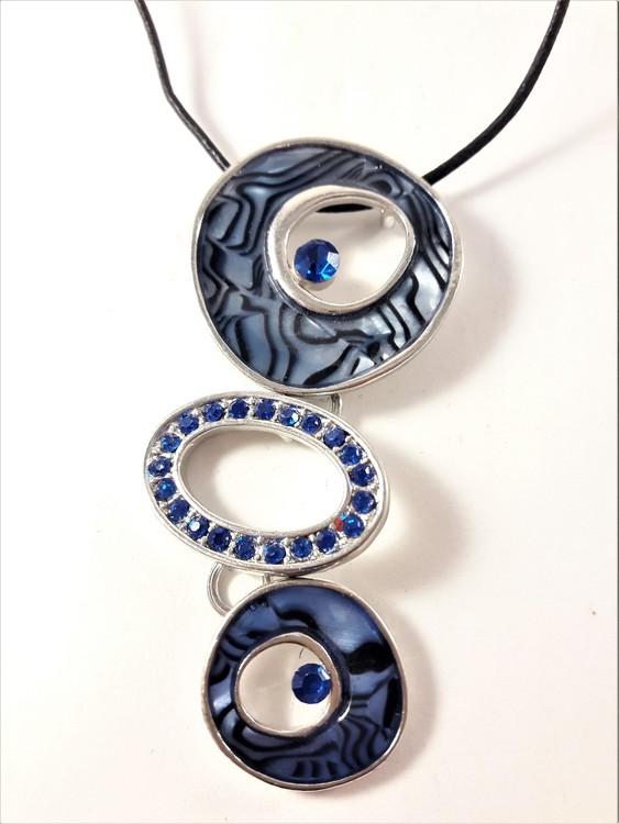 Halsband med blå melerade ringar och strass