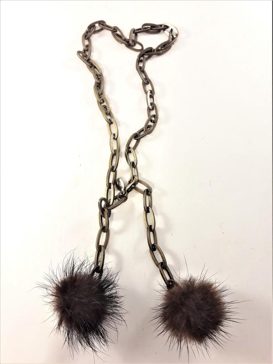 Kort halsband bronsfärg med pälstofsar