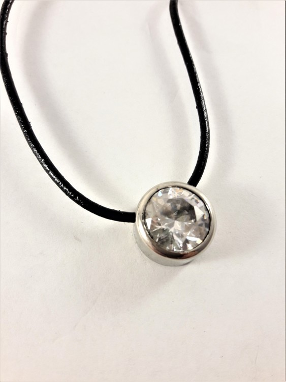 Halsband med läderrem och hänge med glittrande sten