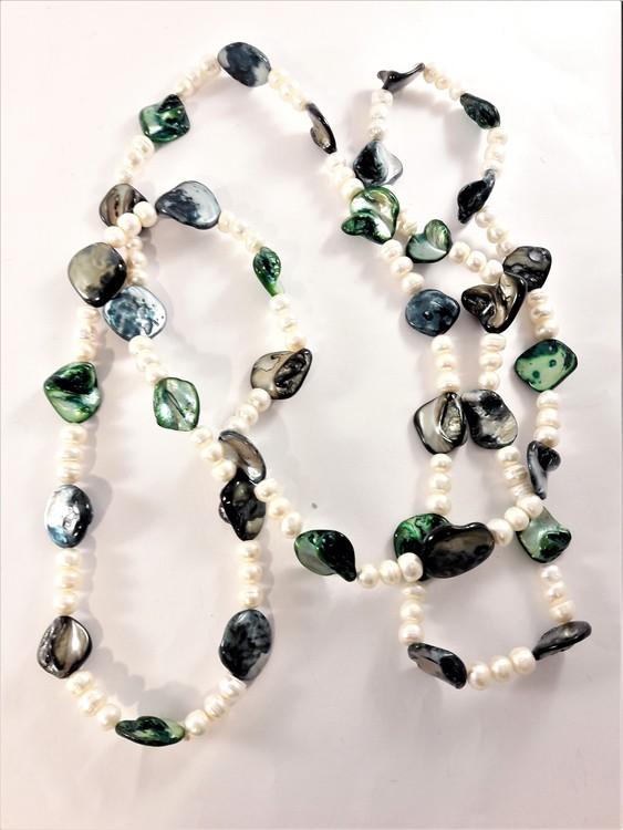 Halsband med pärlor och stenar i grönt och vitt