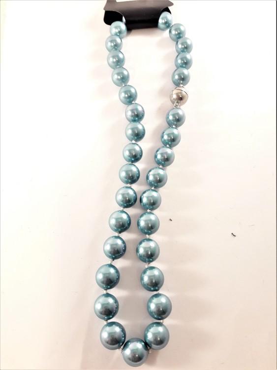 Kort halsband med pärlor i turkos