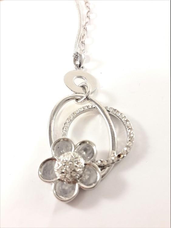 Fin halskedja med silverfärgad och strassprydd ring som hänge, 3 varianter
