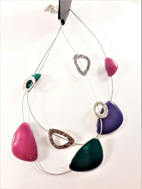 Tvåradigt halsband med dekorationer i multifärg