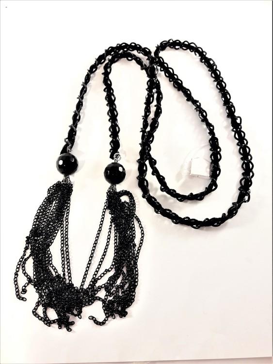 Öppet halsband med tofs i svart