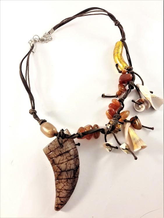 Kort halsband med detaljer i sten och snäckor