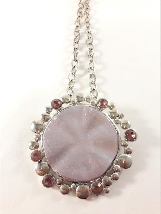 Halsband med hänge och stenar i silverfärg och rosa