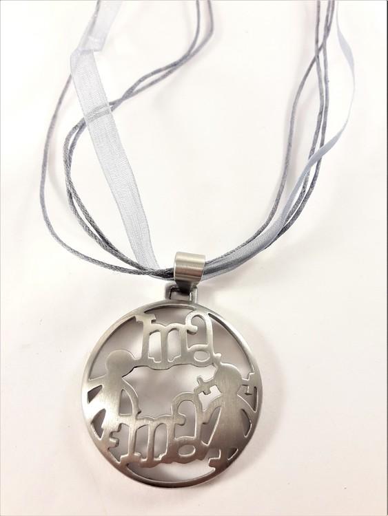 """Halsband med hänge """"Mama"""" i grå och silverfärg"""