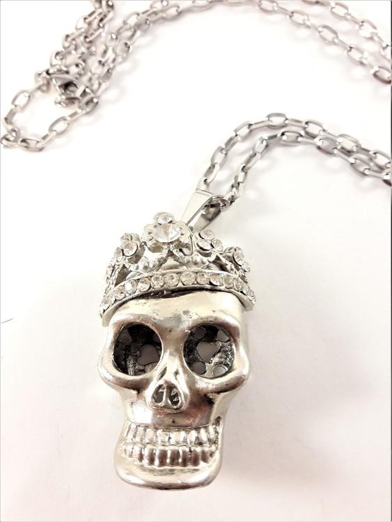 Halsband med silverfärgad dödskalle och krona av strass