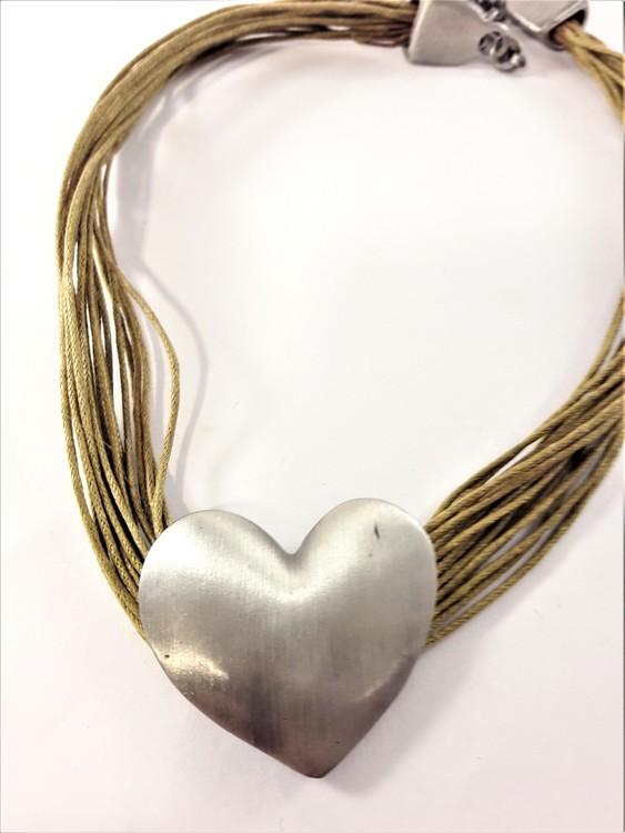 Flerradigt halsband med silverfärgat hjärta