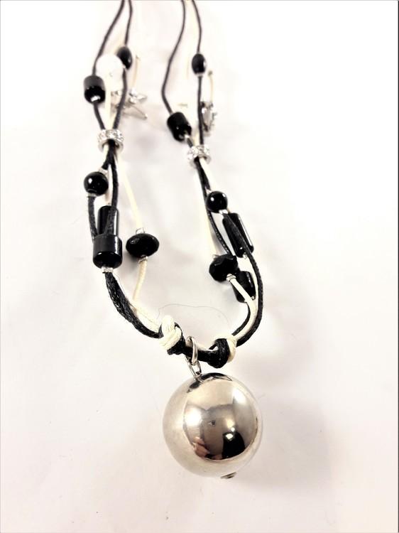 Halsband i svart och vitt med silverfärgad kula