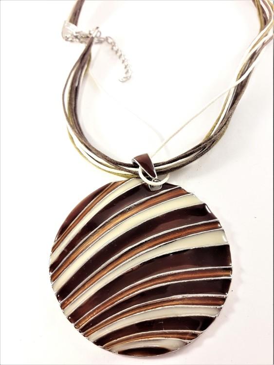 Flerradigt halsband med randigt grått och brunt hänge