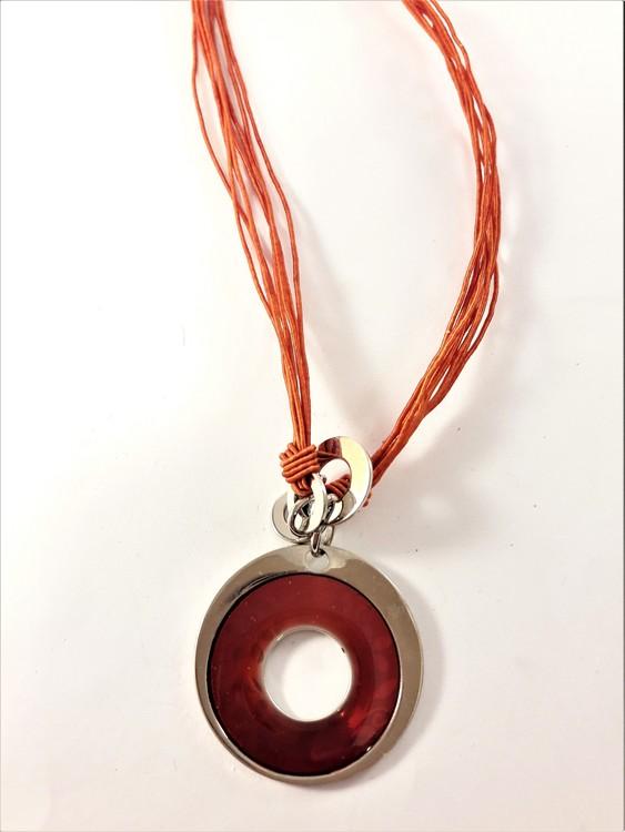 Flerradigt halsband med runt hänge i silverfärg och rött