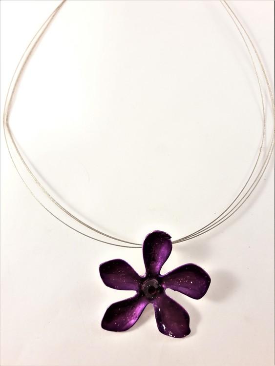Halsband med blomma i lila