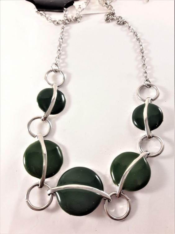 Halskedja med detaljer i grönt och silverfärg