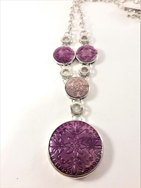 Halsband i silverfärg med lila detaljer