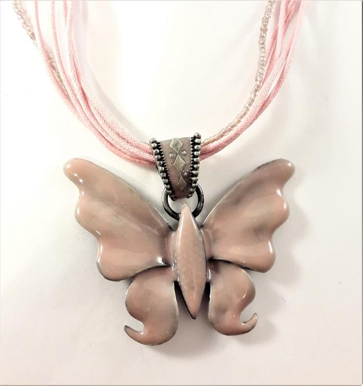 Flerradigt halsband i rosa med glittrande fjäril