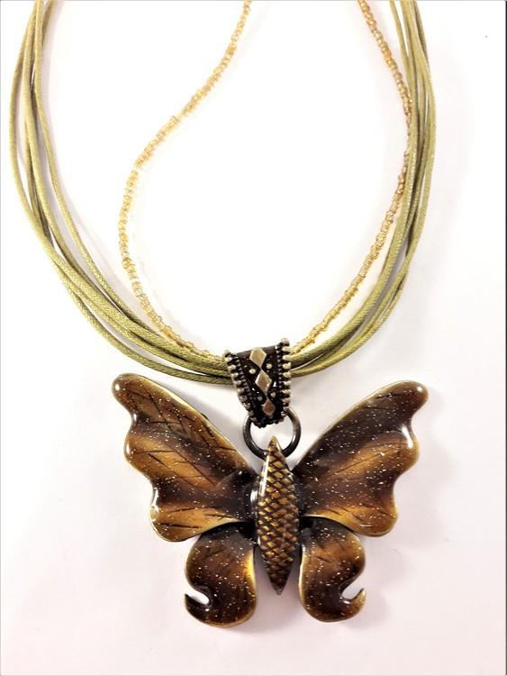 Flerradigt halsband i brunt med glittrande fjäril