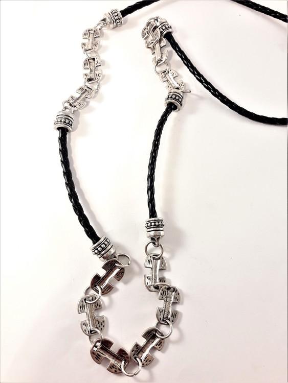 Halsband med detaljer i silverfärg och svart