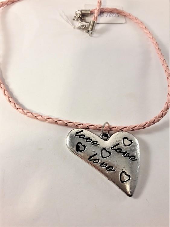 Flätat halsband med hjärta i rosa