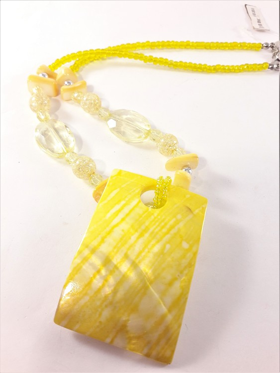 Halsband med Gula Detaljer och Snäckskal
