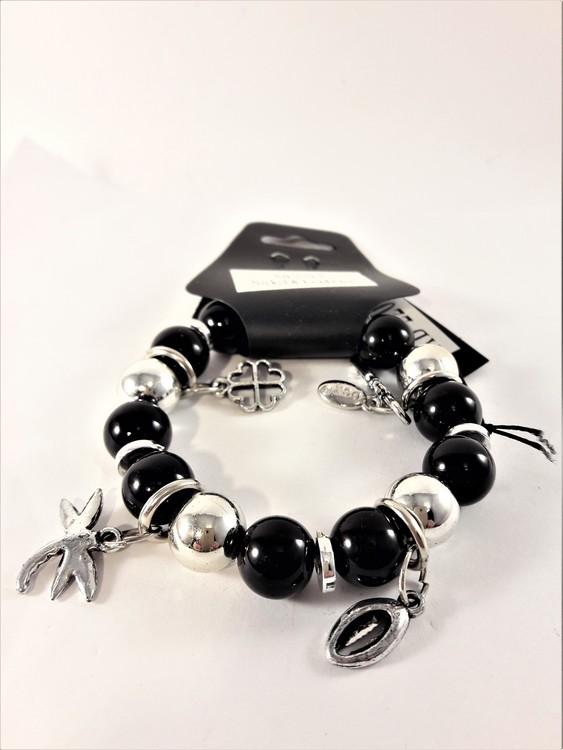 Armband i svart och silverfärg med söta berlocker