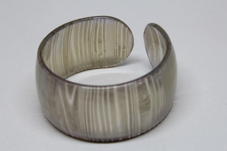 Stelt, lilafärgat, brett armband i acryl med mönster