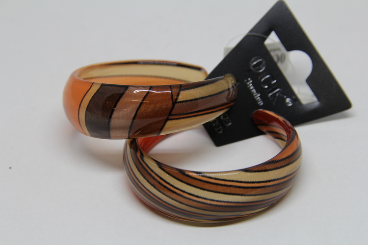 Stelt örhänge i acryl med mönster i bruna toner