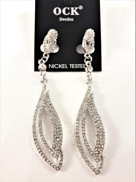 Långa örhängen med silverfärgade och strassprydda ovaler, ljusa