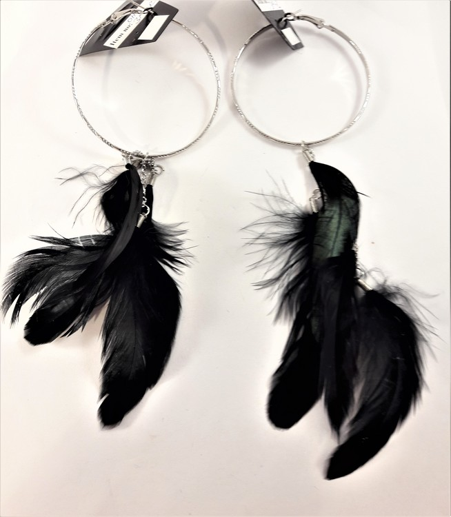 Örhängen med silverfärgad ring och svarta fjädrar