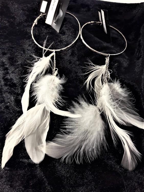Örhängen med silverfärgad ring och vita fjädrar